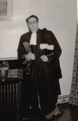 André dans sa robe d'avocat.JPG